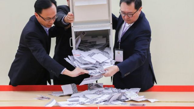 Peak's district council by-election begin counting ballots of the elected at the Hong Kong Park Sports Centre