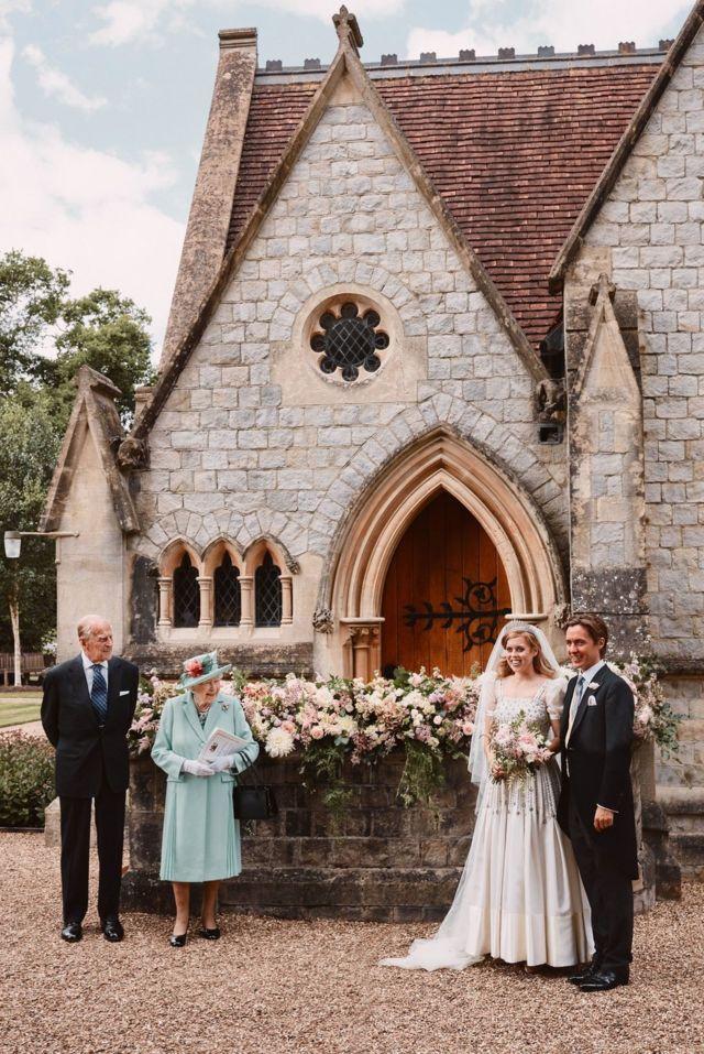 (从左至右)爱丁堡公爵菲利普亲王、女王伊丽莎白二世、碧翠丝公主与夫君爱德华多·马佩利·莫奇在温莎诸圣皇家礼拜堂外合照(17/7/2020)