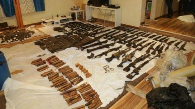 حسن حاجیه متهم ردیف اول پرونده گفت که سلاحها را بیست و پنج سال پیشتر که عراق کویت را اشغال کرده بود از شیخ عذبی، برادرزاده امیر کویت دریافت کرده و به خواست او بوده که بعد از جنگ، این سلاحها را نزد خود نگه داشته است