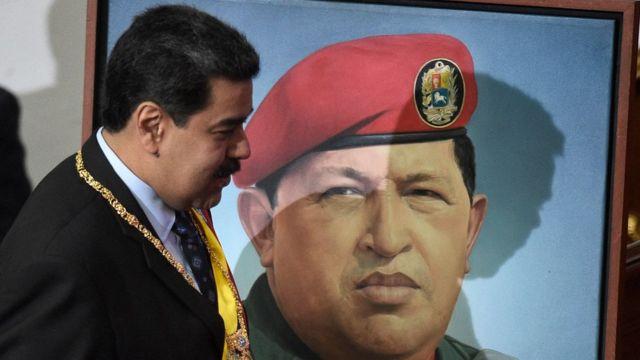 Nicolás Maduro ante un retrato de Hugo Chávez