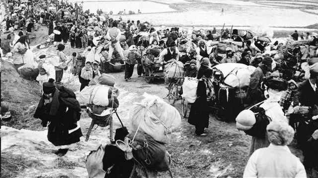美国轰炸迫使朝鲜人逃离家园