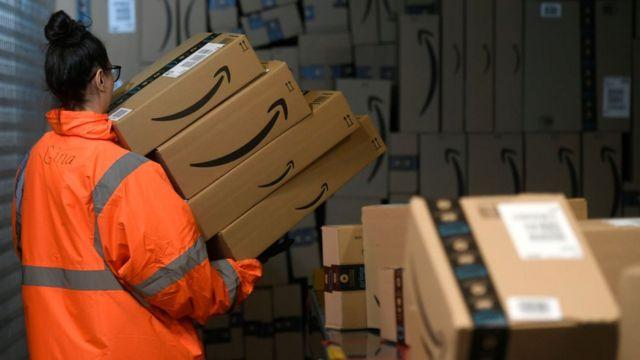 Una empleada en un almacén de Amazon.