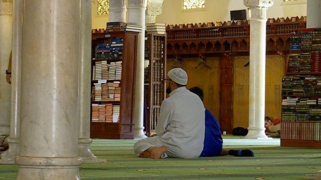 Внутри Главной мечети Парижа