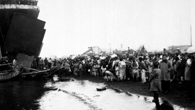 Pengungsi berkumul di tpi pantai di Hungnam pada bulan Desember 1950.