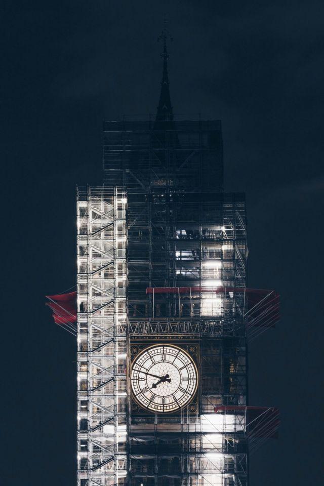 夜色中,被脚手架围绕的大本钟