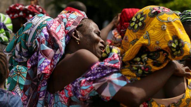 Meninas de Chibok encontram com famílias, em maio de 2017