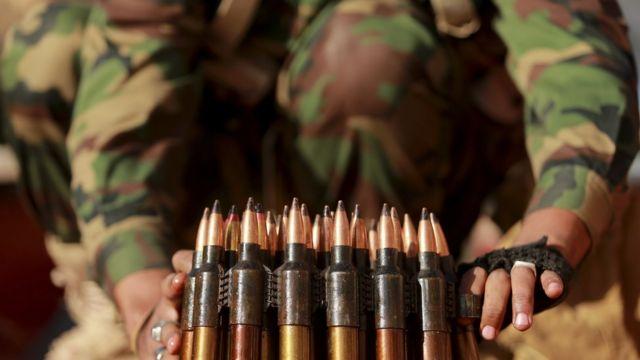 بعض الطلفات في يدي مقاتل في ليبيا