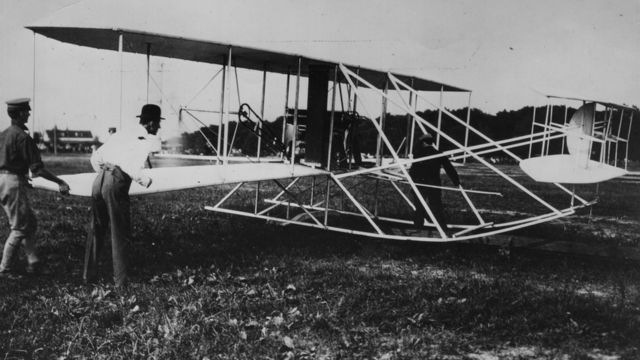 Orville Wright (à direita) verifica bimotor em Fort Myer, Virgínia, em junho de 1909