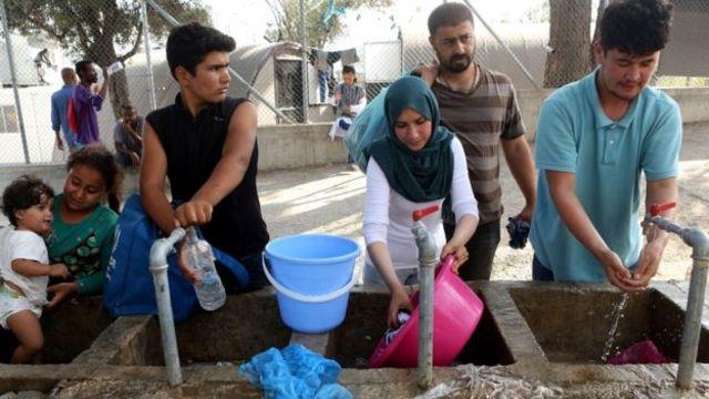 Migranti peru ruke, graderobu i toče vodi
