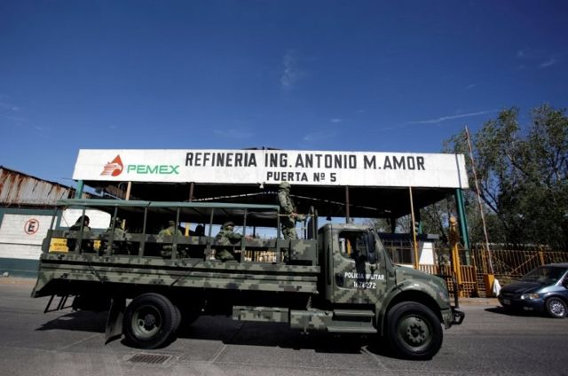 Camión militar frente a la refinería Antonio M. Amor.