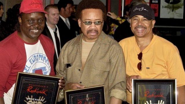 ハリウッド・ロック・ウォークに名前が加えられ、式典に出席したホワイトさん(中央)、フィル・ベイリーさん(左)、ラルフ・ジョンソンさん(2003年7月7日)