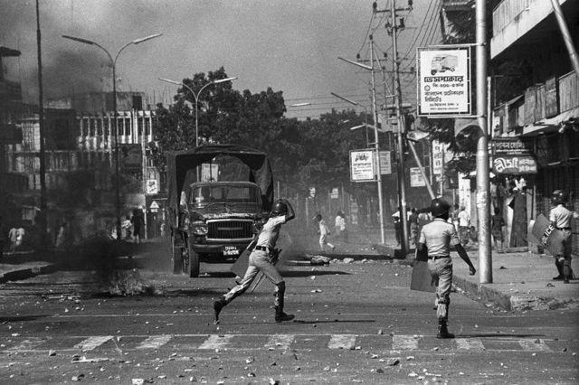সেদিন ঢাকা শহরের রাস্তায় রাস্তায় পুলিশের সঙ্গে বিক্ষোভকারীদের লড়াই চলছিল
