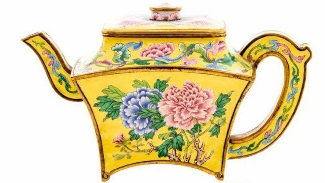 這個看上去像茶壺的古董其實是一個小酒壺。