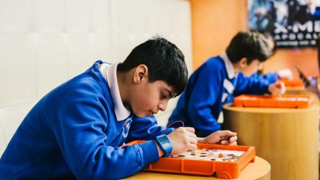 Criança trabalhando em projeto na escola