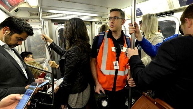 Условный пассажир подземки везет на себе лоскутки ткани, чтобы определить, сколько частиц оседает на одежде пассажиров