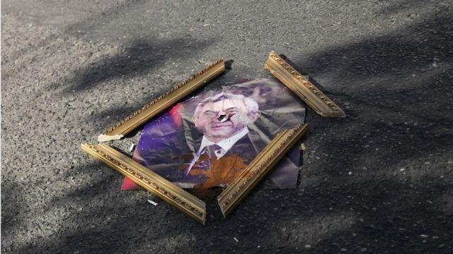 Разбитый портрет президента Армении Сержа Саргсяна