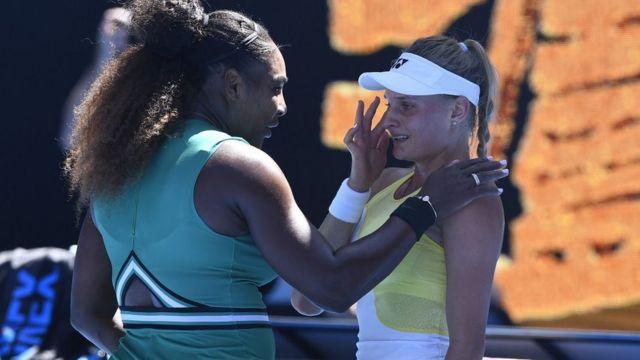 Serena Williams des États-Unis console son adversaire Dayana Yastremska (à droite) d'Ukraine après son match de l'Open d'Australie 2019 en simple féminin à Melbourne, Australie, le 19 janvier 2019.