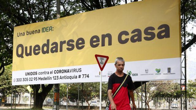 Letrero pidiendo quedarse en casa para combatir el coronavirus en Colombia