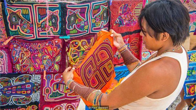 库纳女性通过卖精美的绣花衣赚取可观的收入。