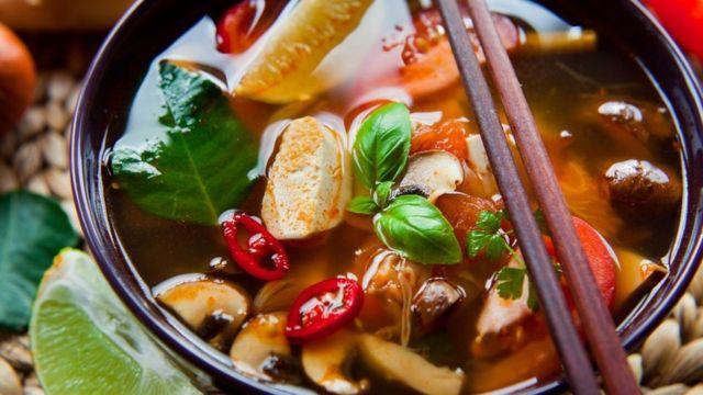 Тарелка с тайским веганским супом