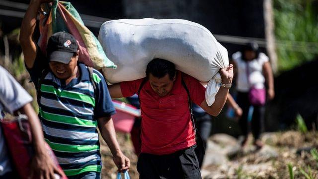 Тысячи мигрантов бегут от нищеты и преступности в Центральной Америке в надежде на новую жизнь в США