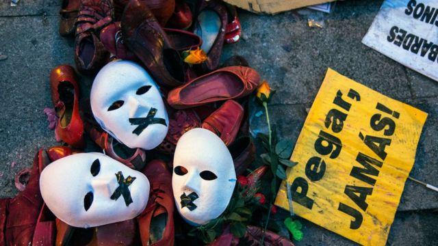 """Máscaras con cartel """"Pegar jamás"""""""