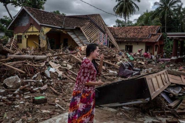 Seorang perempuan tak kuasa menahan tangis di antara reruntuhan rumahnya di kawasan wisata pantai Carita, Provinsi Banten, Senin, 24 Desember 2018, akibat hantaman tsunami dua hari sebelumnya