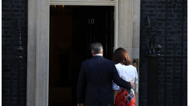 David y Samantha Cameron entrando al 10 Downing Street