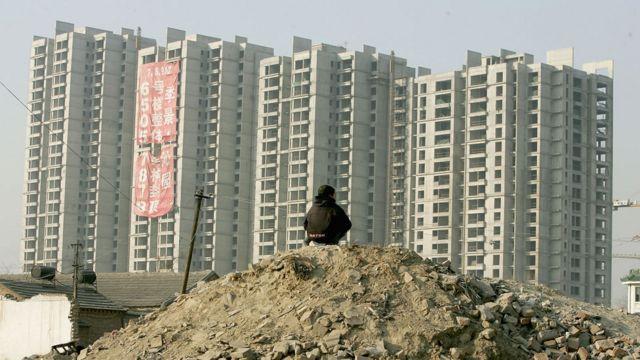 Hombre frente a edificios nuevos en China