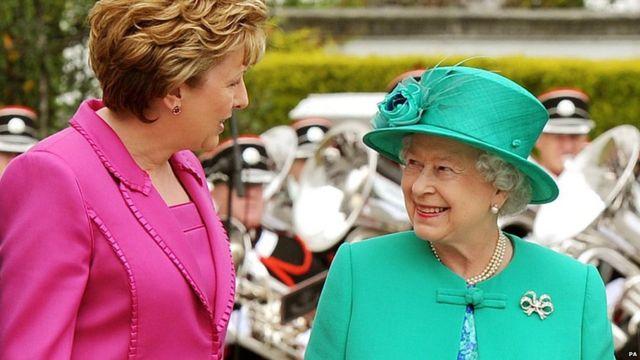 女王伊丽莎白二世访问爱尔兰共和国,与爱尔兰总统玛丽·麦卡利斯交谈。