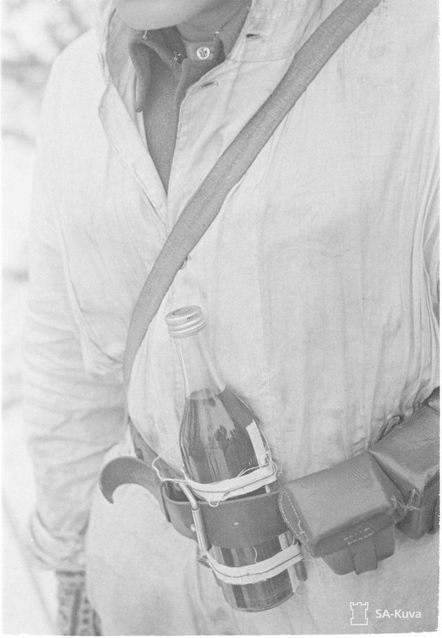 Soldado 'antitanque' com coquetel molotov no cinto