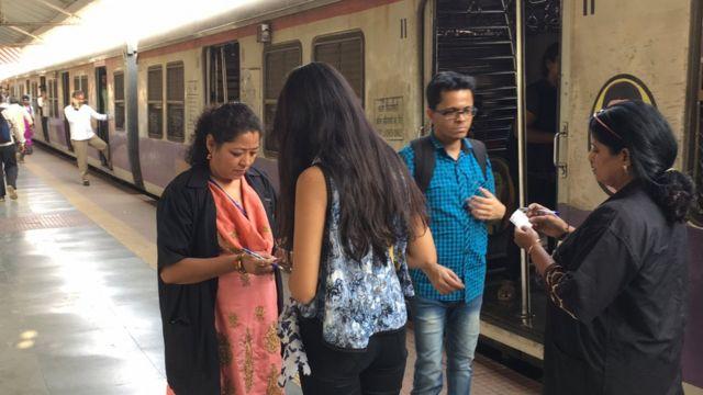 महिला कर्मचारी माटुंगा स्टेशनवर तिकीट चेक करताना