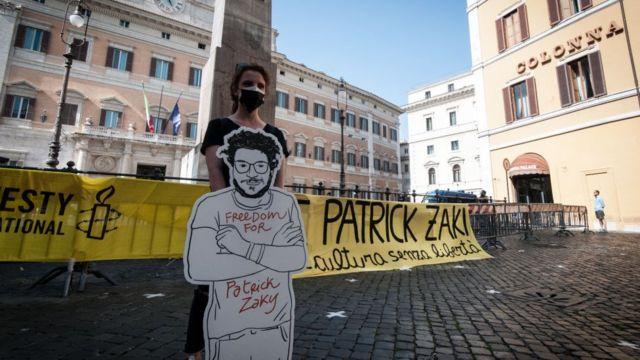 حشد في ساحة مونتيسيتوريو للمطالبة بالإفراج عن باتريك زكي طالب الدكتوراه من جامعة بولونيا المسجون في مصر منذ فبراير 2020 لعمله في الدفاع عن حقوق الإنسان، في روما، إيطاليا، في 18 يونيو