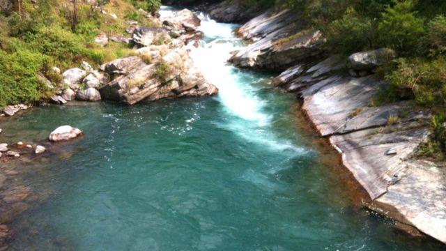 मुहानदेखि तलतिर पर्ने टिम्बु् क्षेत्रमा अविरल बगिरहेको मेलम्ची नदी