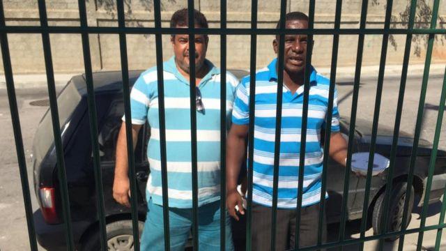Cléber (à esq.) aproveitou multidão para vender quentinhas nos arredores do Parque Olímpico