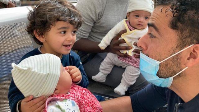 Guillermo con sus tres hijas.