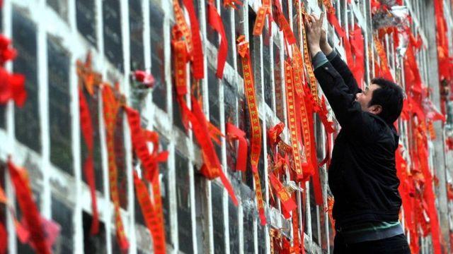 Biasanya di China abu jenazah yang dikremasi diletakkan di dinding columbarium