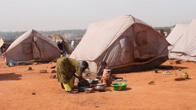 Une femme faisant partie des déplacés vaque à ses occupations ménagères.