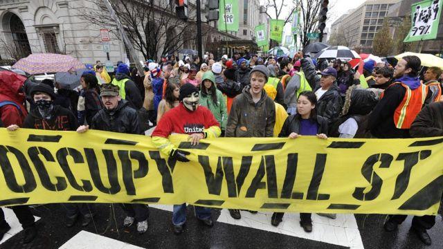 """部份2011年參加美國""""佔領華爾街""""的示威者戴上面具,在紐約有多人因此觸犯當地的《反蒙面法》被捕。"""