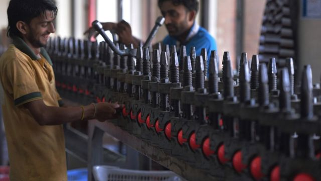 پاکستان میں گلابی گیند کی تیاری