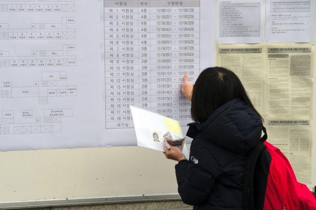 Alumna revisando un anuncio del examen