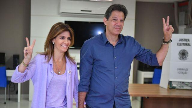 İşçi Partisi'nin adayı Fernando Haddad ve eşi Ana Estela oy kullandıktan sonra kameralara zafer işareti yaptı.