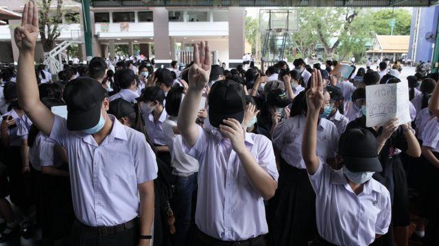 几周来,数以千计的泰国年轻人聚集到曼谷街头,敦促泰国军方退出政坛。