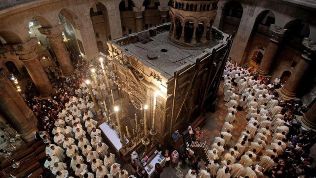 Representantes de la Iglesia católica romana rodean el Edículo, donde se cree están los restos de Jesús