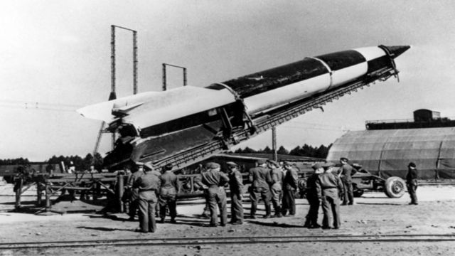 Nazis en un campo donde un cohete está siendo preparado para lanzamiento