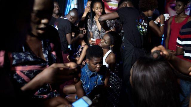 Des mannequins se font maquiller et coiffer lors de la semaine de la Mode et du Design de Lagos en 2013. Photo d'archive.