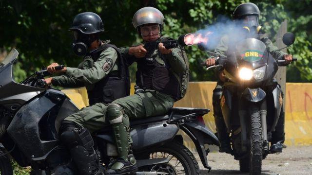Efectivos de la Guardia Nacional Bolivariana disparan contra los manifestantes.