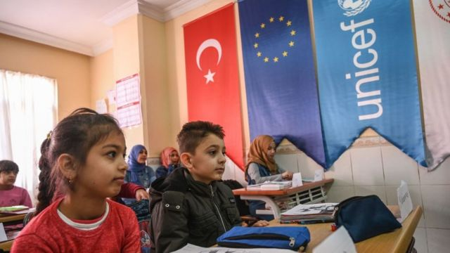 Adana'daki bir Halk Eğitim Merkezi'nde, Türkçe kursuna katılan Suriyeli çocuklar