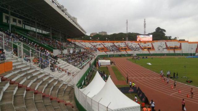 Des athlètes qui se préparent à partir pour le sprint au stade Félix Houphouet-Boigny