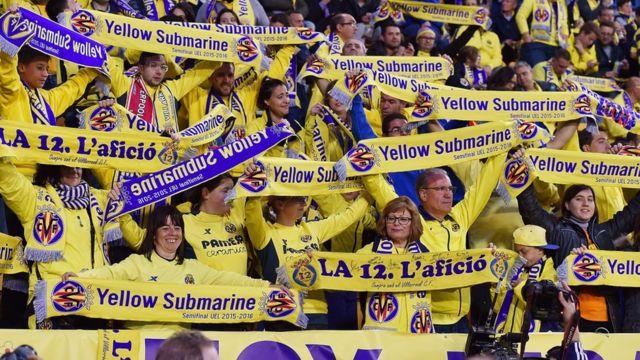 """Из-за желтого цвета своей формы испанский футбольный клуб """"Виллареал"""" получил прозвище Yellow Submarine. На снимке - так испанские болельщики привествуют команду """"Ливерпуль"""" во время полуфинального матча Лиги Европы в 2016 году."""